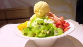 Bingsu Korea mat bär frukt liksom mango, kiwin, jordgubbe med glass på tabellen Arkivfoto