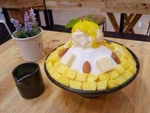 BINGSU-populair Mangodessert op houten lijst in de koffie Royalty-vrije Stock Fotografie