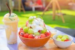 Bingsu-Sommernachtischeis-Fruchtbelag stockfoto