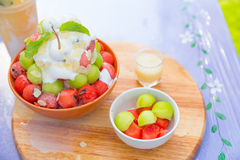 Bingsu-Sommernachtischeis-Fruchtbelag lizenzfreie stockbilder