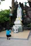 """Binh Duong Vietnam †""""December 15, 2017: Be Buddha för ung kvinna på det Chau Thoi berget Arkivbilder"""