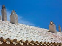 Binibequer Vell dans la cheminée blanche Sant Lluis de toit de Menorca Photos stock