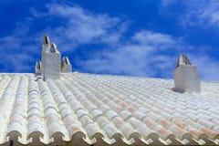 Binibequer Vell dans la cheminée blanche Sant Lluis de toit de Menorca Image libre de droits