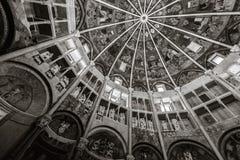 Binnen baptistery van Parma kerk in zwart-wit stock afbeelding