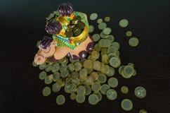 Binnen besparend het geld aan de muntstukbank stock foto