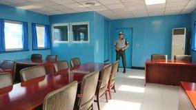 Binnen Blauw Huis in DMZ of DPRK gedemilitariseerde streek Wij zien de militair bevindende wacht van Zuid-Korea Stock Fotografie