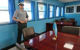Binnen Blauw Huis in DMZ of DPRK gedemilitariseerde streek Wij zien de militair bevindende wacht van Zuid-Korea Royalty-vrije Stock Afbeeldingen