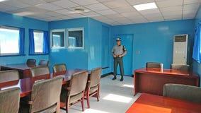 Binnen Blauw Huis in DMZ of DPRK gedemilitariseerde streek Wij zien de militair bevindende wacht van Zuid-Korea Royalty-vrije Stock Foto