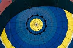 Binnen de blauwe en gele luchtballon Stock Afbeeldingen