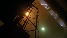 Binnen de gieterij, vuil metallurgisch installatiemilieu stock footage