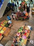 Binnen de Groentenmarkt van het Kruidenierswinkelfruit Stock Afbeeldingen