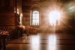 Binnen de Kerk het licht van godsdienst royalty-vrije stock afbeeldingen