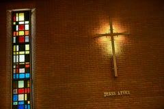 Binnen de kerk met een kruis Stock Foto