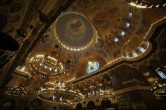 Binnen de kroonluchters van het kerkplafond Stock Fotografie