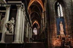 Binnen de Middeleeuwse Gotische Kathedraal Altaar, kolommen en beeldhouwwerken van heiligen stock foto's
