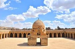 Binnen de moskee van Ibn Tulun stock afbeelding