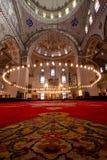 Binnen de Moskee van Istanboel met rood tapijt stock afbeeldingen