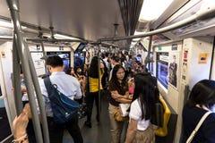 Binnen de openbare trein van BTS bij spitsuur in Bangkok Royalty-vrije Stock Foto's