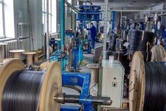 Binnen de oude fabriek die elektrokabel vervaardigen verouderd stock afbeeldingen