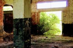 Binnen de oude verlaten bouw van pakhuis voor minerale meststoffen Stock Foto