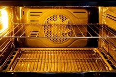 Binnen de oven met licht royalty-vrije stock afbeeldingen
