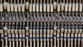 Binnen de piano: koord, sleutels en hamers stock videobeelden