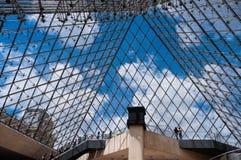 Binnen de piramide van het Museum van het Louvre Royalty-vrije Stock Afbeeldingen