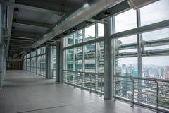 Binnen de Tweelingtorens Skybridge van Petronas stock fotografie