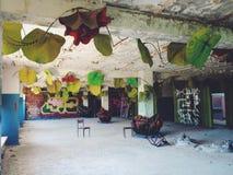 Binnen de zaal van de bouw van linker en vergeten Sovjet de zomerkamp Skazka niet verre van Moskou Royalty-vrije Stock Afbeelding