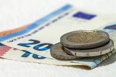Binnen differen de de geld euro muntstukken en bankbiljetten die op elkaar worden gestapeld Stock Afbeelding