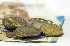 Binnen differen de de geld euro muntstukken en bankbiljetten die op elkaar worden gestapeld Stock Foto