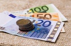 Binnen differen de de geld euro muntstukken en bankbiljetten die op elkaar worden gestapeld Stock Fotografie