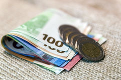 Binnen differen de de geld euro muntstukken en bankbiljetten die op elkaar worden gestapeld Royalty-vrije Stock Afbeelding
