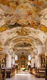 Binnen een barokke kerk Stock Afbeeldingen