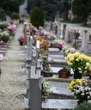 Binnen een begraafplaats met vele graven en grafstenen stock fotografie
