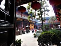 Binnen een Chinese tempel, hangende rode lantaarns en een godsdienst royalty-vrije stock fotografie