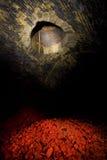 Binnen een donkere tunnel Stock Afbeeldingen