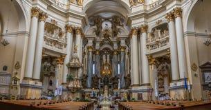 Binnen een kerk - binnenhuisarchitectuur van oude kathedraal Stock Fotografie