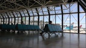Binnen een luchthaventerminal tijdens een zonnige dag stock footage