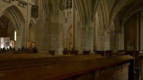 Binnen een Middeleeuwse Gotische Kerk stock videobeelden