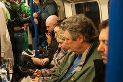 Binnen een ondergrondse trein van Londen Stock Afbeeldingen