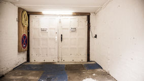 Binnen een oude, lege garage, garagedeur Stock Afbeeldingen