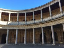 Binnen een paleis, door kolommen wordt omringd die royalty-vrije stock foto's