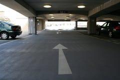 Binnen een parkeerterrein met meerdere verdiepingen Royalty-vrije Stock Foto