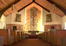Binnen een stille kerk. Stock Afbeeldingen