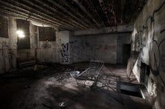 Binnen een verlaten concrete casemate van WO.II met graffiti en het skelet van een metaalbed op de Franse Atlantische kust royalty-vrije stock fotografie