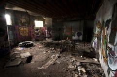 Binnen een verlaten concrete casemate van WO.II met graffiti en het skelet van een metaalbed op de Franse Atlantische kust stock afbeeldingen