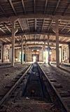 Binnen een verlaten depot stock afbeeldingen