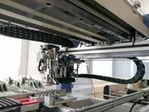 Binnen elektronische oogst en plaatsmachine voor PCB-assemblage stock afbeelding