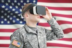 Binnen geschoten van de militair die van de V.S. VR-glazen met Amerikaanse vlag op achtergrond dragen royalty-vrije stock foto's